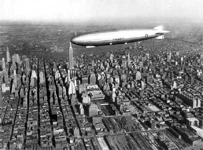 Дирижабль в небе над Манхеттеном. (960x709, 149 Кб)